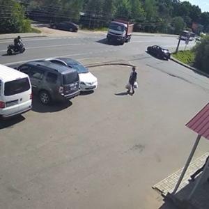 [動画0:11] 猛スピードのバイク、左折するトラックに激しく衝突
