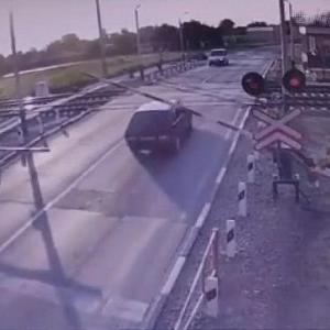 [動画2:05] 誕生日翌日、列車と激しく衝突する男