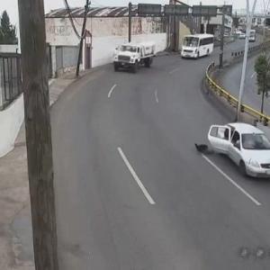 [動画0:31] 後部座席の少年、走行中の車から投げ出される