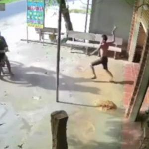 [動画0:14] ベトナム人さん、ハンマーを振りかぶって泥棒を追いかける