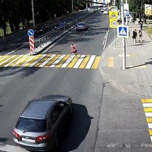 [動画0:16] 10歳の少年、横断歩道で減速しない車に撥ねられる