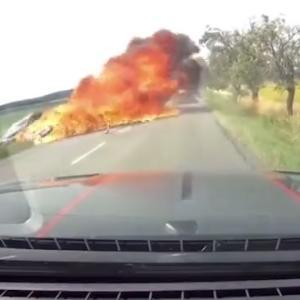 [動画0:35] 猛スピードで追い越すバイク、対向車と衝突して激しく炎上