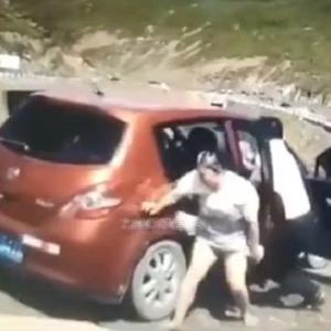 [動画0:20] 斜面をくだり始めた車、必死に止めようとするが・・・