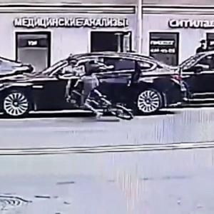 [動画0:28] ドア開き事故が発生→駆けつけたパトカーもドア開き事故