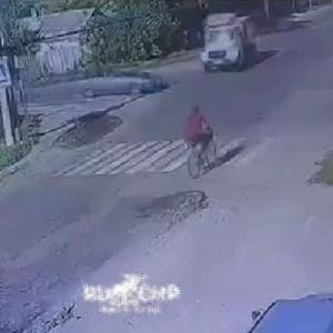 [動画0:39] 自転車の男性、交差点で衝突したゴミ収集車に巻き込まれる