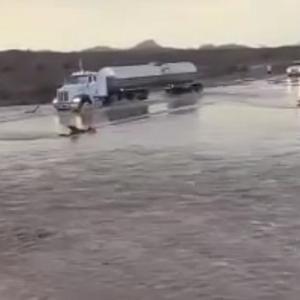 [動画0:30] タンクローリー、冠水した道路を渡ろうとした結果