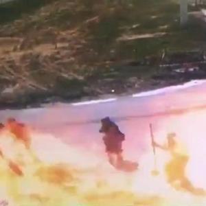 [動画0:39] 掘削機がガス管を損傷、覗き込んでいた人たちが爆発に巻き込まれる