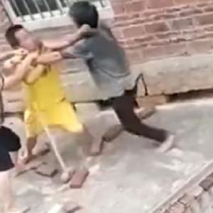 [動画0:25] 40代と50代の兄弟喧嘩、兄嫁が止めに入るが・・・