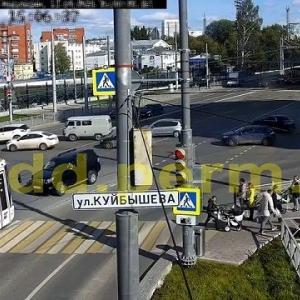 [動画0:28] 一方通行に進入するプラド、トラムと正面衝突