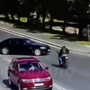 [動画0:20] 31歳女性、安全を確認せずに左折した結果
