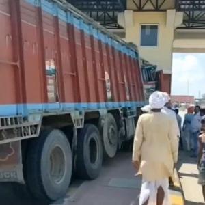 [動画0:56] 料金所に突っ込むトラック、従業員は・・・