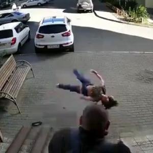 [動画0:59] ドアを開けた瞬間、目の前に女性が転落・・・