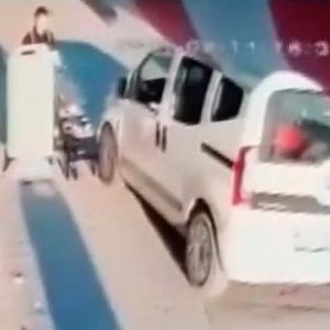 [動画0:36] ベビーカーと接触した車、走り去る