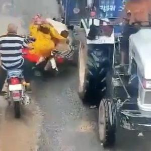 [動画0:37] バイクで転倒したインド人さん、頭をトレーラーに轢かれる