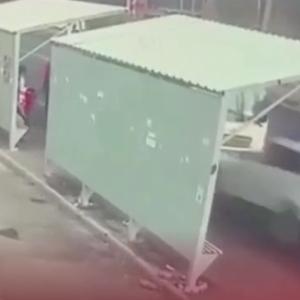 [動画0:21] 暴走するヒュンダイ、バスを待つ人々を襲う