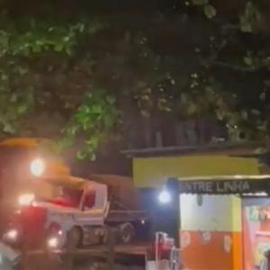[動画0:29] 踏切で立ち往生のトレーラー、列車と衝突して横倒し