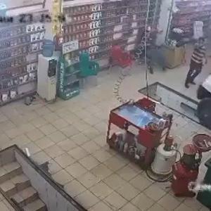 [動画1:15] 自動車整備工場に入る車、突然加速してスタッフを潰す