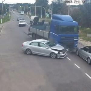[動画1:15] どこ見て運転してるの?右も左もタイミング間違ってる