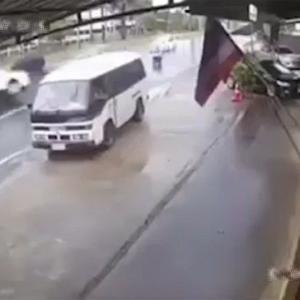 [動画0:14] 中央分離帯を飛び越えるトラック、バイクを襲う