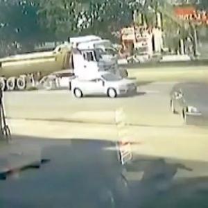 [動画1:02] 勝手に動き出した車、交通量の多い道路に飛び出してしまう