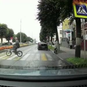 [動画1:05] 自転車に乗る老人、横断歩道で撥ね飛ばされる