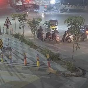 [動画0:42] 堂々と信号無視をするスクーター、信号待ちの人々の前で撥ねられる
