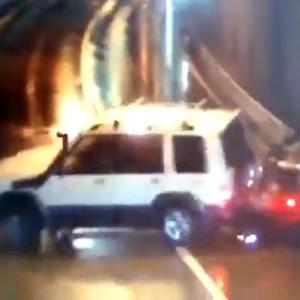 [動画0:28] トンネル内でSUVが制御を失った結果、とんでもない大事故に・・・