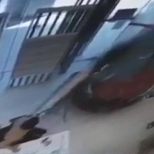 [動画0:32] 女性ドライバー、建物に突っ込み警備員を襲う