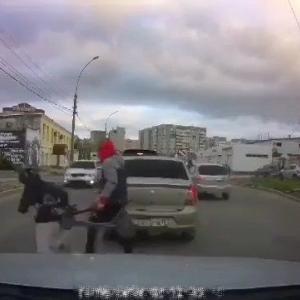 [動画0:19] 道路に飛び出す2人の少年、撥ねられなかったけど・・・