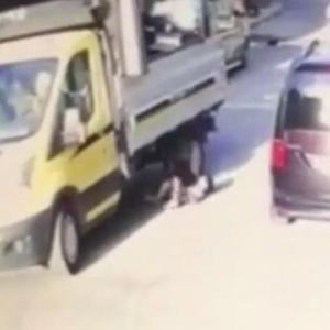 [動画3:19] 路上で遊ぶ少年、トラックのタイヤの下敷きに・・・