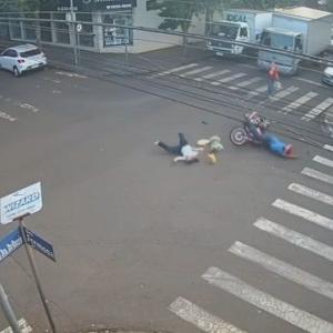 [動画1:08] すり抜けバイクさん、横断歩道で女性を撥ねる
