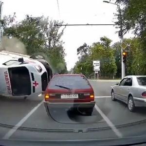 [動画0:14] 救急車、アクション映画のような横転をしてしまう