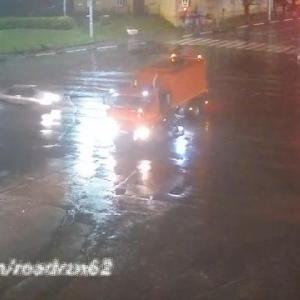 [動画0:28] 信号無視の車、路面清掃車に衝突する