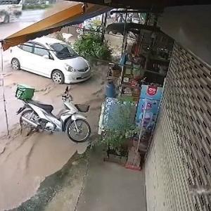 [動画3:40] 下水管が破裂!開店準備中の店が泥だらけに・・・