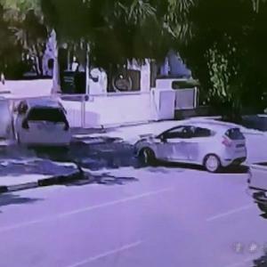 [動画0:35] 逆走車を避けた車、国会議事堂に突っ込む