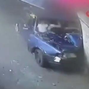 [動画0:47] トルコ人夫婦、事故後も喧嘩を続けてしまうw