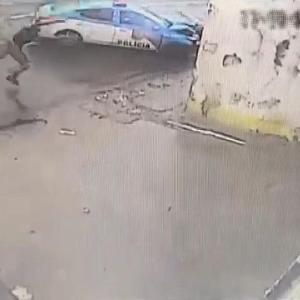 [動画0:14] ブラジルの警察さん、追跡するバイクに衝突させる