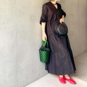 黒のザラのマキシワンピースに赤い靴と緑の鞄。小物を補色でパキッと