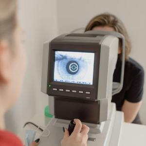 手術前の目薬は保険請求できない? 眼科周術期の無菌化療法と保険請求の関係について