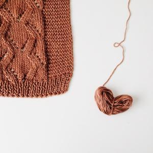 編み物の魅力と丸いアクリルたわしの作り方【おうち時間におすすめ!】
