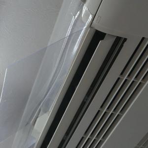 天井付けのビルトインエアコンの風が直接当たると寒いので、風よけのプラ板を取り付けました。