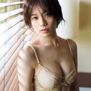 佐藤美希、美バスト際立つセクシーランジェリーで魅了
