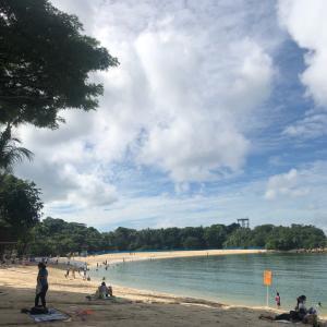 シンガポールで生まれた次女、セントーサ島のビーチ初体験。