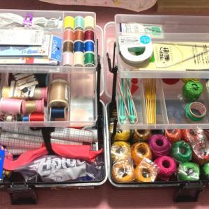 編み物、縫い物の収納をする。