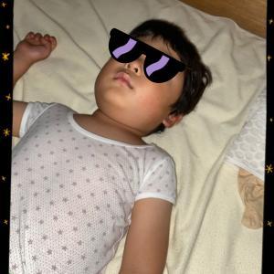 リビングで眠りに落ちた息子