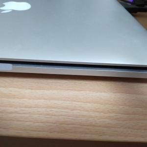 MacBook Proが膨張…買い替えへ