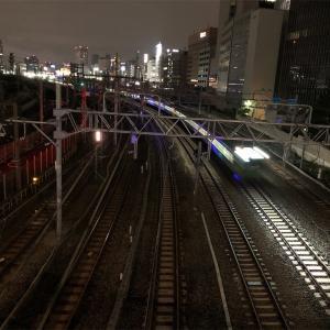 夜、跨線橋をわたる