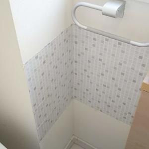タオル掛けがある壁にダイソーリメイクシート