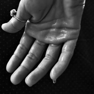 【手汗でお困りの方】ゲーム中に手汗でコントローラーが滑る方に手汗を抑える最強の商品