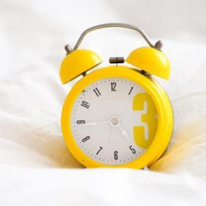 【同棲 寝坊】相手を起こせなかったのは誰のせい?起きれるようになるためのコツと対策グッズをご紹介!
